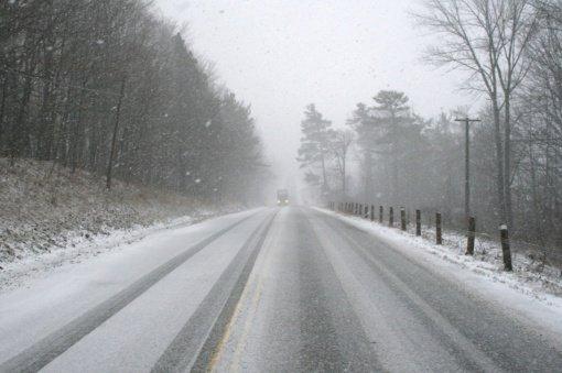 Eismo sąlygas sunkina pustymas, Kauno ir Panevėžio apskrityse formuojasi plikledis