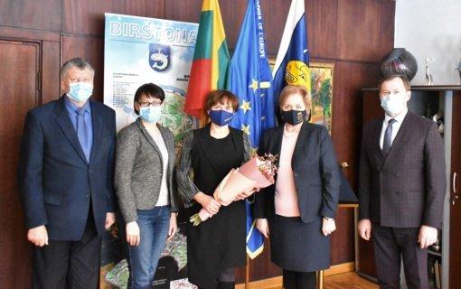 Pasveikinta gražaus jubiliejaus sulaukusi Birštono Švietimo, kultūros ir sporto skyriaus vedėja