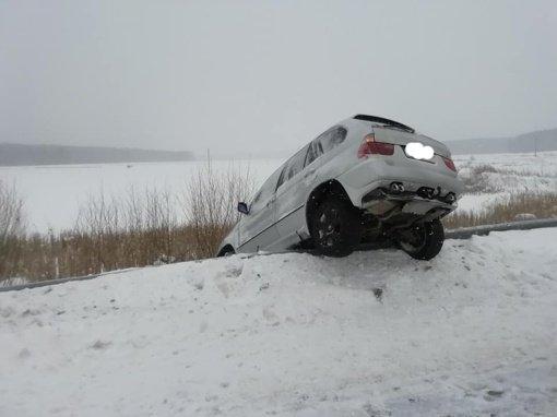 Šalčininkų rajone nesuvaldytas automobilis pakibo ant atitvarų: kaltos vasarinės padangos