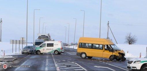 Keleivius vežęs mikroautobusas nepraleido vilkiko ir atsitrenkė į jį