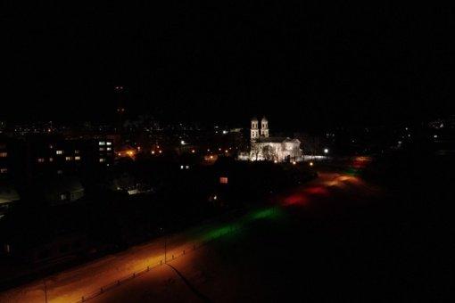 Jonavos Panerys suspindo trispalvės šviesomis
