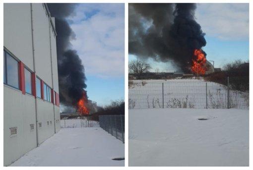 Kretingoje kilo didžiulis gaisras: dega sandėlis