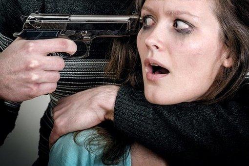 Prispaudęs ginklo vamzdį žmonai prie skruosto, vyras paspaudė gaiduką