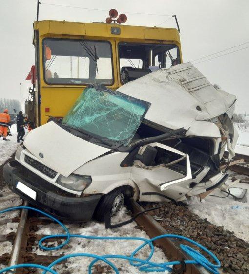 Kėdainių rajone traukinys susidūrė su automobiliu, viduje prispaustas žmogus