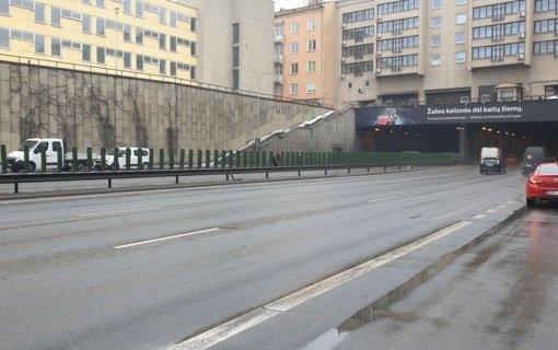 Dėl skydinę užliejusio vandens neveikia apšvietimas Vilniaus Geležinio Vilko gatvės tunelyje
