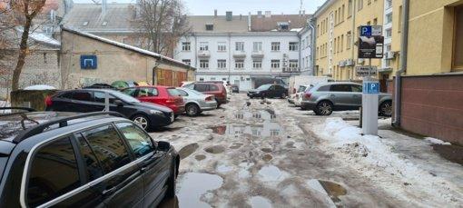 Automobiliai – pabrangusiose ledo ir purvo duobėse (papildyta)