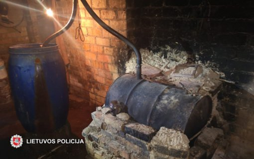 Skuodo rajono policijos pareigūnai likvidavo naminės degtinės bravorą