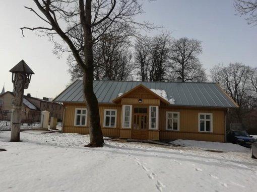 Baigiami vieno seniausių medinių namų Plungėje – Advokatų  namo – remonto ir tvarkybos darbai
