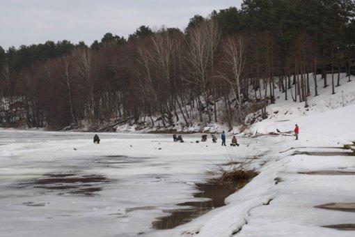 Perspėja nelipti ant Nemuno ledo: jis sparčiai tirpsta