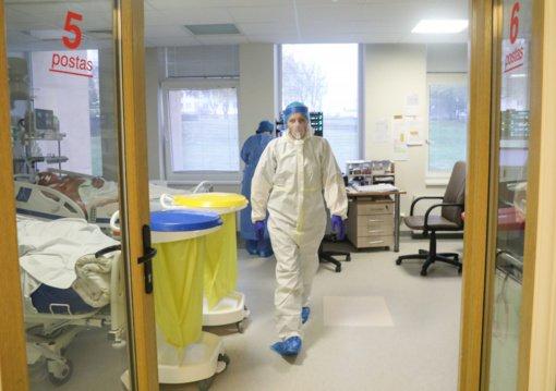 Dalis medikų piktinasi dėl per mažų priedų už darbą su COVID-19 pacientais