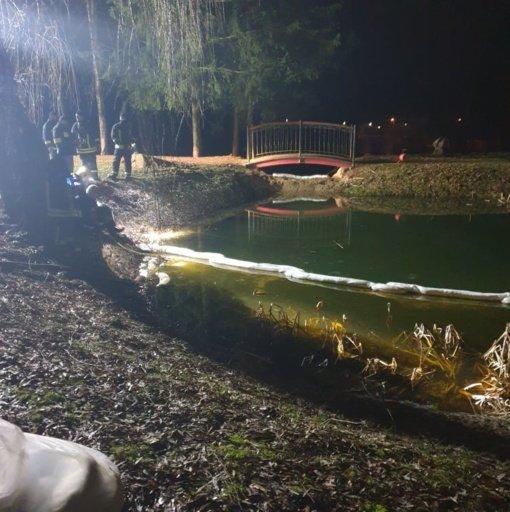 Nerami naktis Salantuose: gelbėtojai bandė stabdyti į upę smarkiai tekantį dyzeliną