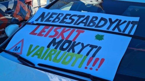 Prie protesto prisijungusios Šiaulių vairavimo mokyklos prašė atnaujinti vairavimo mokymą