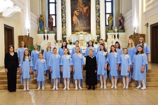 """Biržų Vlado Jakubėno muzikos mokyklos jaunių choras ir jo vadovė pelnė """"Aukso paukštės"""" nominaciją"""