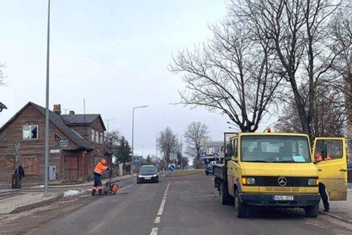 Pradėtos tvarkyti duobėtos Radviliškio gatvės