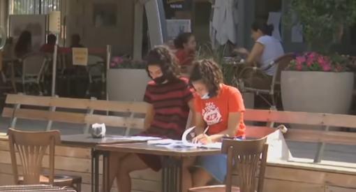 Izraelyje visiškai paskiepijus 40 procentų gyventojų vėl atidaromi restoranai ir barai
