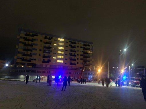 Sostinėje skilus daugiabučio sienai, iš pastato evakuojami gyventojai