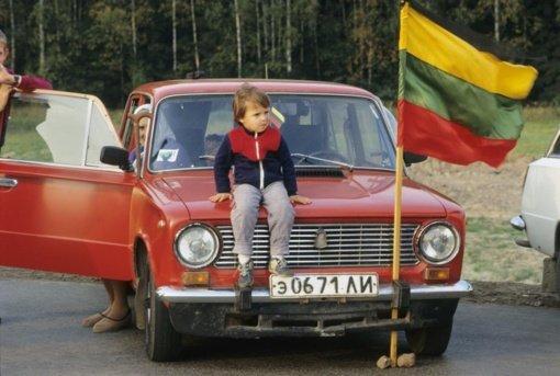 Kovo 11-oji Kauno rajone: nuo istorinių fotografijų iki tautiškų kojinaičių kūdikiams