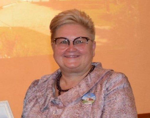 Pasveikinta jubiliejų švenčianti Pakuonio pagrindinės mokyklos direktorė A. Vaicekauskienė