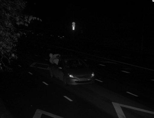 Būna ir taip: išlindęs pro automobilio langą keleivis policijai demonstravo lytinį organą