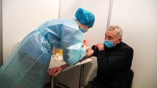 Senjorai vakcinuotis nuo koronaviruso kviesti įspėjimais