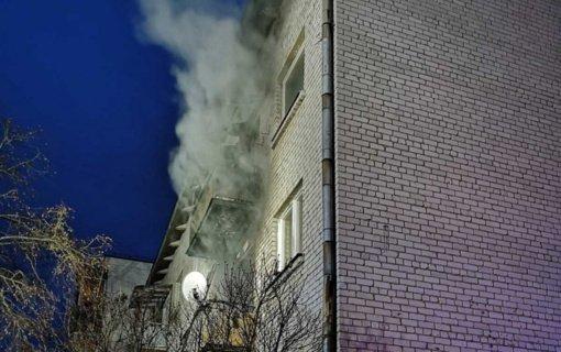 Akmenės ugniagesiai gaisre išgelbėjo du žmones