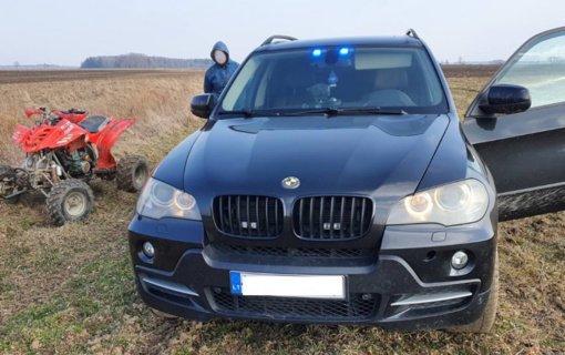 Pareigūnų stabdomas keturračio vairuotojas nestojo: bėgo nuo policijos, tačiau pasprukti nepavyko (Vaizdo įrašas)