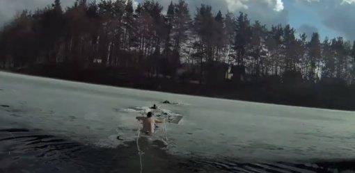 Skęstantį vyrą išgelbėjęs patrulis nesudvejojo nė sekundę: nėrė į ledinį vandenį (vaizdo įrašas)