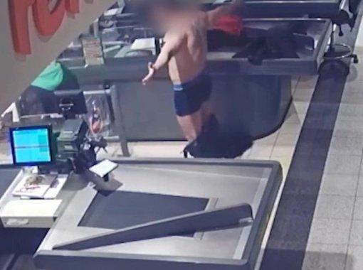 Prekybos centro darbuotojams radviliškietis surengė savo apatinio trikotažo pristatymą (vaizdo įrašas)