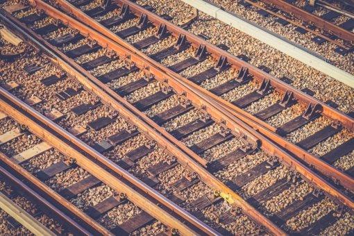 Radviliškio stotyje traukinys pervažiavo ir mirtinai sužalojo ant bėgių gulėjusią moterį