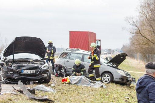 Kauno rajone susidūrus penkioms transporto priemonėms žuvo žmogus