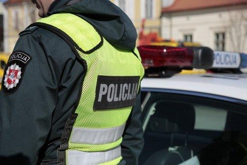 Girtas vairuotojas apgadino aikštelėje stovėjusius automobilius