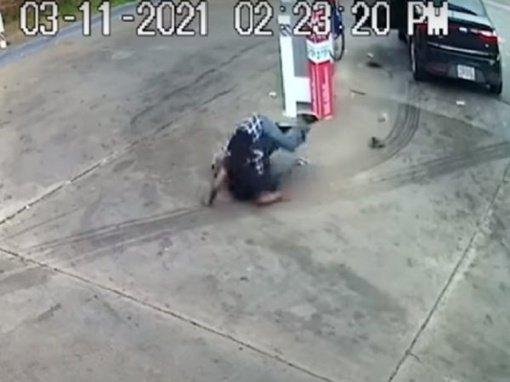 Dramatiška kova: 82 metų senolis susimušė su automobilio vagimi (vaizdo įrašas)