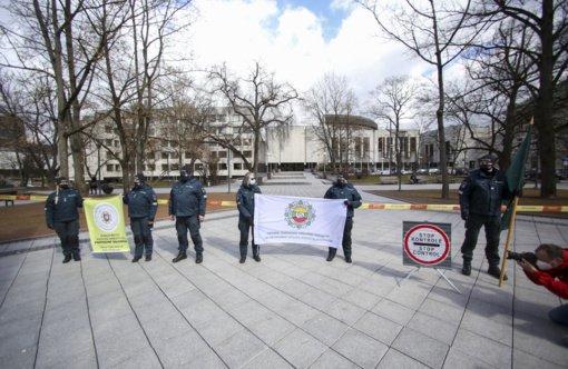 Policijos pareigūnai prie Vyriausybės rūmų surengė protesto akciją