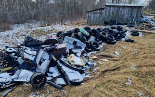 Trakų aplinkosaugininkai nustatė pažeidėjus, neteisėtai atsikračiusius padangomis