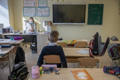 Vilniaus pradinukai grįžta į mokyklas: kodėl ne visi iš karto?