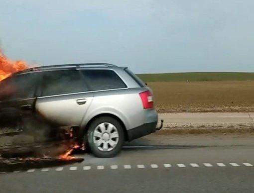 Radviliškio rajone užsiliepsnojo automobilis