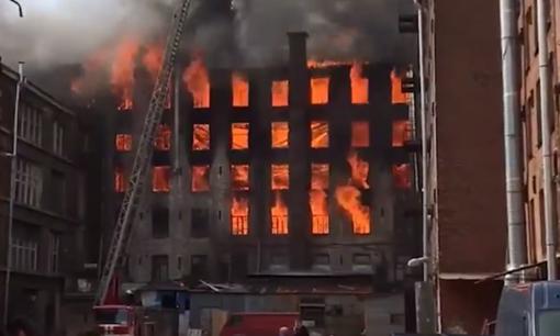 Sankt Peterburgo istoriniame fabrike kilo didžiulis gaisras (papildyta)