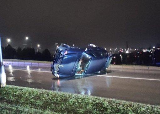 Prie Varnių tilto nuo kelio nuvažiavo ir apsivertė automobilis