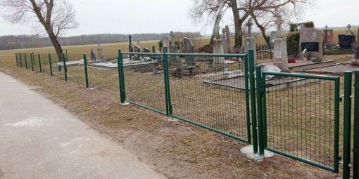 Urnėžių kaimo kapines apjuosė nauja tvora
