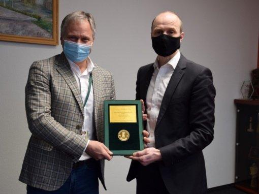 """Į Savivaldybę atkeliavo """"Lietuvos Metų gaminys 2020"""" medalis, kuriuo įvertinta Vilkaviškio autobusų stotis"""