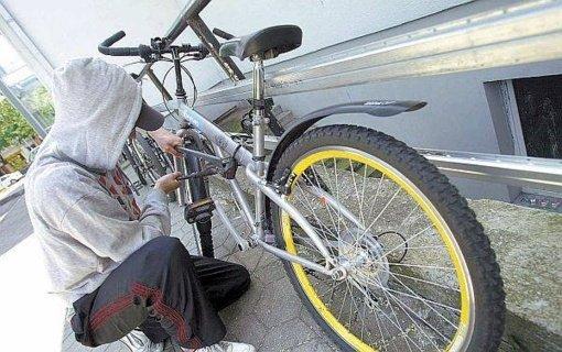Elektrėnuose iš laiptinės vagis nušvilpė dviratį ir paspirtuką