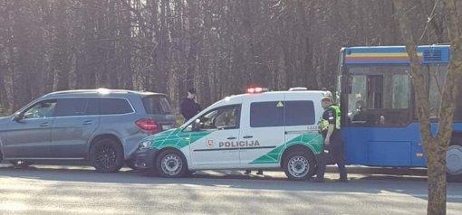 Kriminalai Klaipėdos apskrityje: autobusas prispaudė policijos automobilį