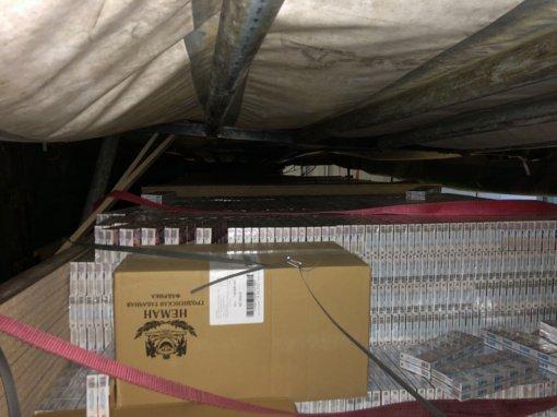 """Kontrabandos """"karstų"""" kelionė baigėsi Raigarde: muitininkai čia sulaikė beveik 1,5 mln. eurų vertės cigaretes"""