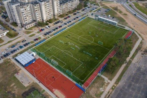 Demontavus pripučiamą futbolo maniežo kupolą, Pilaitės stadionas atnaujina veiklą