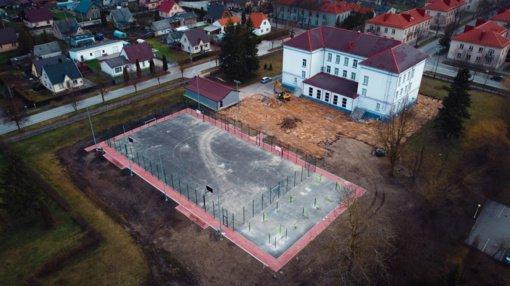 Tęsiami Akmenės rajono Jaunimo ir suaugusiųjų švietimo centro sporto aikštyno darbai