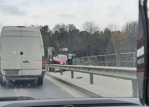 Neeilinis eismo įvykis Kaune: ant hidroelektrinės šlaito pakibo automobilis