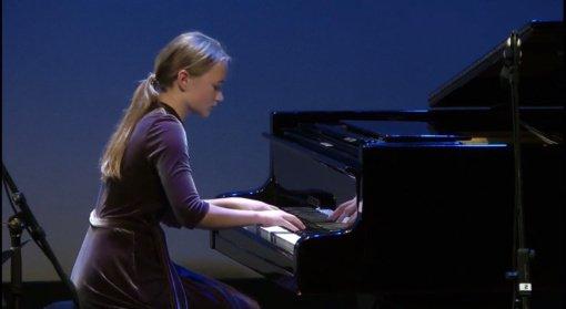 Juliaus Janonio gimnazijos moksleivei – jaunųjų pianistų ir dainininkų konkurso GRAND PRIX