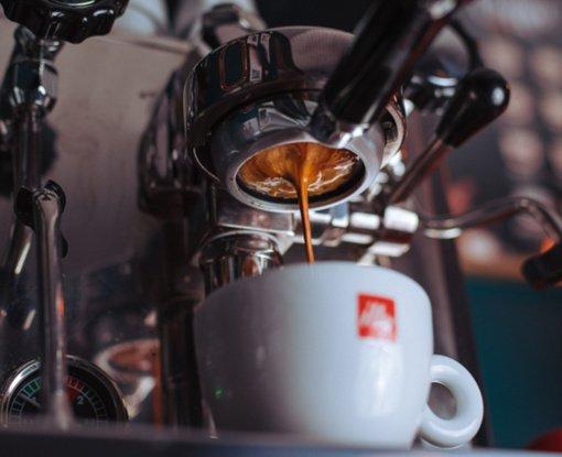 Gera kava namuose: ką reikia žinoti renkantis pusiau automatinį kavos aparatą?