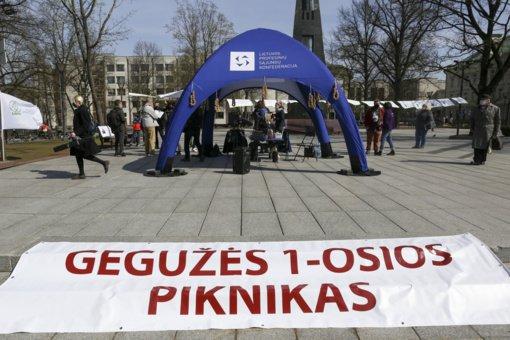Profsąjungos mini Gegužės 1-ąją: prie Vyriausybės suorganizavo pikniką, kviečia atkreipti dėmesį į darbuotojų teises