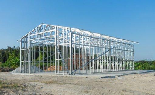 Metalo karkaso konstrukcijos pramoniniai pastatai: kuo jie pranašesni?